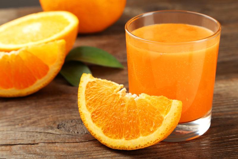 Bà đẻ uống nước cam